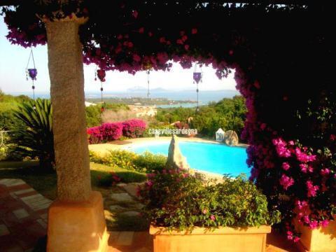 Вилла с садом, бассейном и панорамой на Средиземное море на о.Сардиния - Фото 0