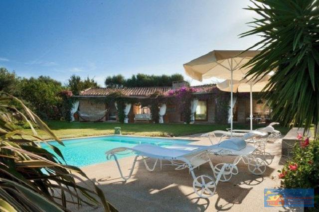 Вилла класса люкс с бассейном в аренду на Сардинии. - Фото 0